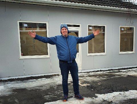 Om ikke lenge åpner Bård Larsen endelig butikken sin i sentrum. Når fasaden er ferdigdesignet, vil den skille seg ut fra resten av gata. Mildt sagt. (Se bilde lenger ned i saken).