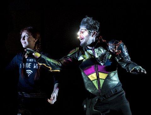 Eirik del Barco Soleglad spiller Eco i «Vilde Vite og plastmysteriet» sammen med Stine Robin Berg Hansen. Her er de ute og svømmer i havet. Førstkommende lørdag, 17. mars, kan du for øvrig «varme» opp før premieren med miljøninjadag i teaterparken.