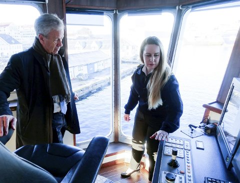 Overstyrmann Lovise Løken (30) er heldig og har fått fast jobb på ett av skipene til Havforskningsinstituttet i Bergen. Her viser hun sentralbanksjef Øystein Olsen (67) rundt på broen på «Johan Hjort».