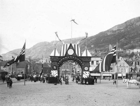 Då det polarskipet Fram og Fridtjof Nansen var innom Bergen i 1896, valde bergensarane å markere det med denne triumfbogen. Det var med på å skape ei høgtideleg ramme kring polartriumfen.