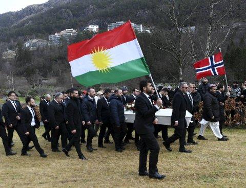 Her bæres kistene frem til gravplassen på Loddefjord. Kurdiske og norske flagg.