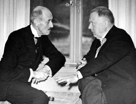 Johan Ludwig Mowinckel i samtale med kong Haakon på Eidsvoll 17. mai 1939. Kanskje var den urolige situasjonen i Europa, kort tid før krigsutbruddet, som var temaet de diskuterte?