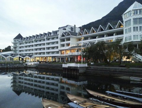 Hotel Ullensvang skal selges etter nesten 180 år i Utne-familiens eie. Hans Edmund Utne, som driver hotellet sammen med konen Barbara Zanoni Utne, mener det er best for hotellet og arbeidsplassene at nye krefter tar over. FOTO: CREATIVE COMMONS