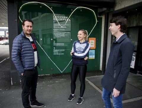 Maren Gabrielsen (i midten) er glad for at Frp-politikerne Helge André Njåstad (t.v.) og Martin Jonsterhaug (t.h.) vil se på regelverket for toppidrettsutøvere som skal ut i turnustjeneste for å bli fysioterapeut. Foto: Rune Johansen
