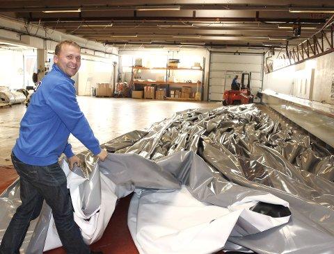 Isolerte duker: Det er solid størrelse på dukene som produseres hos Rubb på Sundvollhovet. Produksjonsleder Ole Martin Råen viser fram en av dukene som ble skipet til Chicago.Arkivfoto: Eli Bondlid