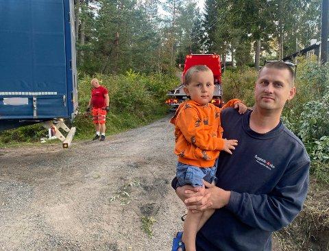 FAR OG SØNN: Stein Nygård og sønnen Kristian fikk seg en annerledes tirsdagskveld da et vogntog kjørte seg bom fast.