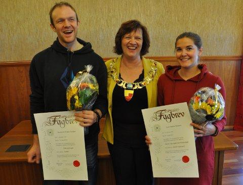 EN GOD DAG: Raymond Øistein Karlsen og Kine Helene Hansen fikk sine fagbrev utdelt av ordfører Kristina Hansen den 26. august.