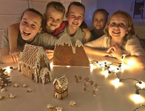 KINN MOT KINN: Dei fem søskenbarna har laga Kinnakyrkja med klokketårn, gravstøtter og sauer i tillegg til Kinnaklova. F.v.: Ane (13) og Vetle (9) Kroppan Knapstad, Sofia (13) Villand, Mille (9) Kroppan Knapstad og Ella (9) Villand.