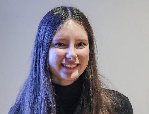 Dina Bovim er 17 år og elev ved Flora vidaregåande skule, andre klasse på studieførebuande.   Ho er også leiar i Kinn og Bremanger Unge Venstre, medlem i ungdommens bystyre og har verv i Europeisk ungdom og Vestland unge venstre.