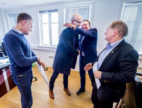 MER FEIRING: I forrige uke feiret Terje Høili (72) og administrerende direktør i Europris, Pål Wibe, leieavtalen som sikrer fortsatt drift i Fredrikstad, med en klem. Til stede var også Petter Chr. Wilskow fra Europris (t.v.) og eiendomssjef i Terje Høili AS, Runar Helgesen. Til helgen blir det mer feiring.