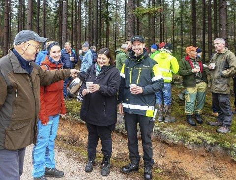 SERVERER TURKAFFE: Ragnar Johnsen, styreleder i FNF Østfold, serverer kaffe til Nina Frydenlund, fylkeskoordinator i ditto, og de svenske skogsekspertene Anna Kubik og Henrik Johansson.