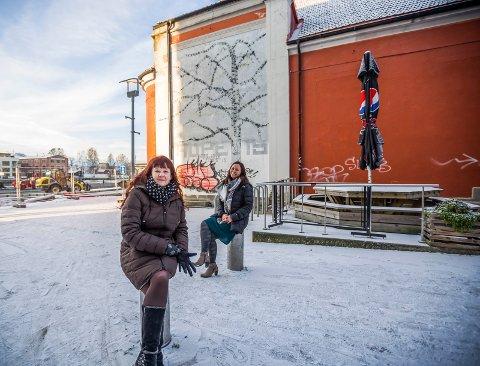 Ny vegg: Veggen bak Maya Nielsen (nærmest) og Irene Østbø skal få nytt liv neste år. Da kommer en gatekunstner til byen.