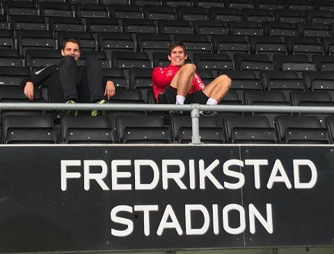PÅ TRIBUNEN: Eirik Mæland (til høyre) må trene alternativt om dagen. Her følger han fredagens trening sammen med daglig leder Joacim Heier.