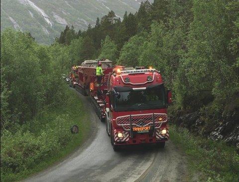 MASSIVT: Stor frakt møtte liten vei i Skjomen tirsdag, men alt gikk bra. Foto: Rune Pedersen.