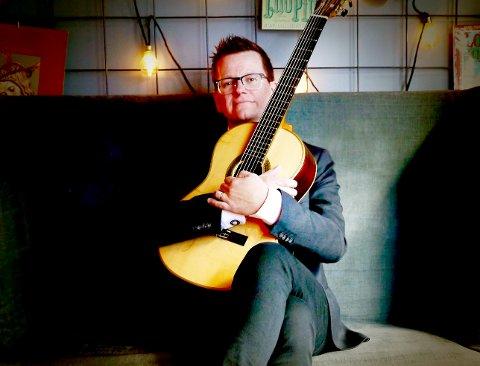 KLASSISK: Marius Noss Gundersen fra Horten er en meget dyktig klassisk gitarist. Nå er han ute med ei ny plate fylt med brasiliansk musikk.