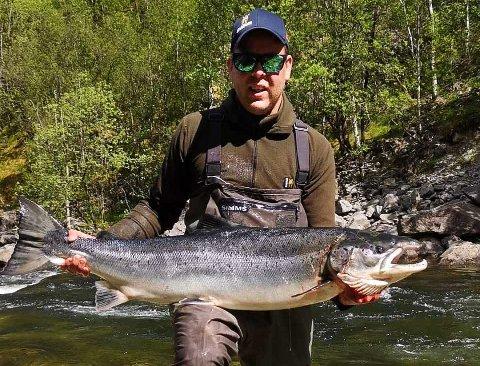 Tommy Kvinlaug fikk en laks på 15,5 kilo i Dirdalselva i sommer. Det er årets største fangst i Gjesdal.