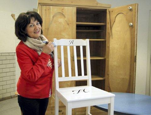 SOM NYTT: Elisabeth Haug vil selv holde til i avdelingen for trehvite møbler for å gi inspirasjon og råd om oppussing og farger. Denne stolen har hun pusset opp selv.