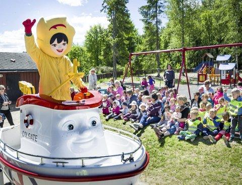 Populære gjester: Eskimonika og Elias ble tatt godt imot av ungene i Vennersberg barnehage da de sammen med de små fra Amundheimet barnehage kom på besøk med båtvett og masse is. Bilder: Jens Haugen