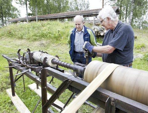 FINURLIG MASKIN: Finn Lunderbye (t.v.),brukte et år på å restaurere denne maskinen som var en rusthaug da Austmarka historielag fikk den. Han følger nøye med da Thore Eriksen startet opp maskinen og testet den. Foto: Kjell R. Hermansen