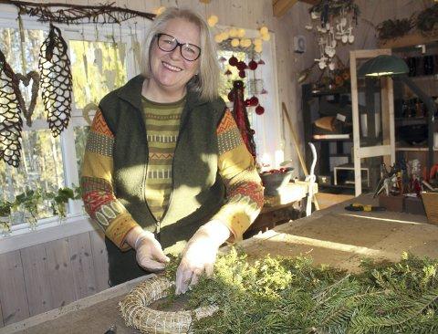 Kreativ: Kari Rudi har tatt videreutdannelse, og fått på fyll med kreativitet og egenutvikling. Råvarer fra skogen blir til flotte dekorasjoner, og venninnetreff hos Kari er blitt populært.