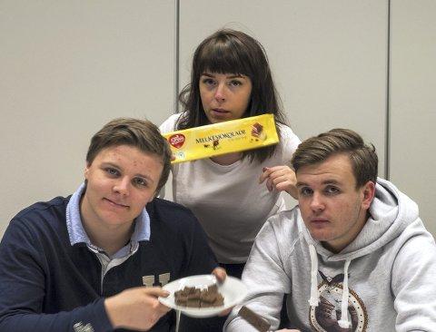 Smakstest: Fire av Peppers journalister testet sjokolade. Her er tre av dommerne.Foto: Lemia Boussaada