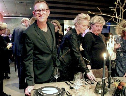 RETT PÅ: – Det er servert, sier designer Halvor Bakke, han er historisk med lansering av bestikket «Pure» for 120-års jubilanten Magnor Glassverk. Glassverkets første bestikk noensinne.