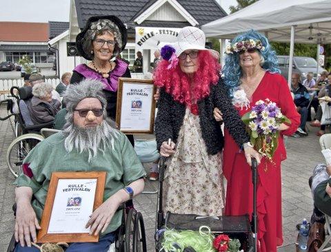 Fargerikt: Bak f.v. Liv Bentsen, Anne-Karine Mathiesen, Astrid Syvderud og Lars Tyskeberget deltok på den åttende Rullefestivalen i Åsnes. Lars og Liv ble premiert med diplomer for sine kostymer.