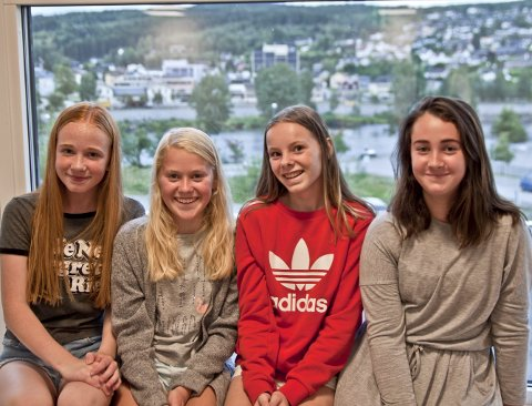 Spente: F.v. Thea Tomteberget Lund (12½), Sigrid Nygaard (13), Hannah Rambøl Berg (13) og Gabriella Berglund (13) likte utsikten til 8B sitt framtidige klasserom. De håper at de ender opp i samme klasse når skolen starter mandag morgen.bilder: erik mæhlum