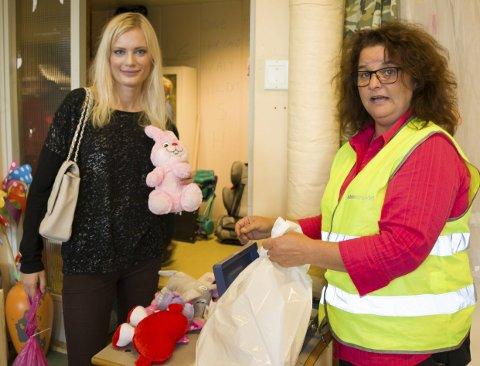 ROSA FEST: En liten bukett med festlige rosa bamser var i handlenettet Caroline Garnaas (til venstre) hadde med seg. Kate Sønstebø ekspederte flittig, og gledet seg over at handelen gikk strykende.
