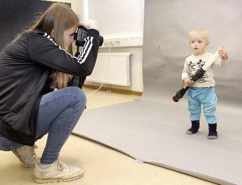STJERNE: Lene Elisabeth Sjøli er elev ved linja for Medier og kommunikasjon. Her fotograferer hun Albert Biagi, som deretter får en poster med seg selv som Star Wars-stjerne.BILDER: SIGMUND FOSSEN