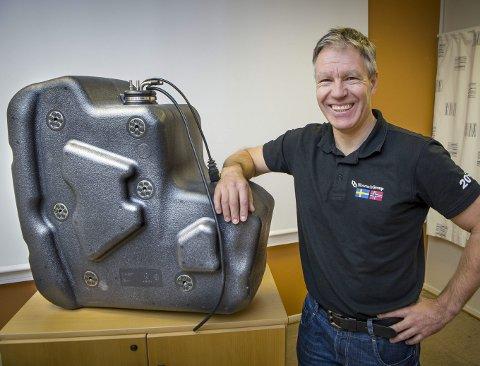 SMILER: Prosjektleder Kent Aurbakken kan smile bredt. Tanken skal monteres i en stor Volvo lastebil og fylles med AdBlue væske som renser eksosen fra motoren.