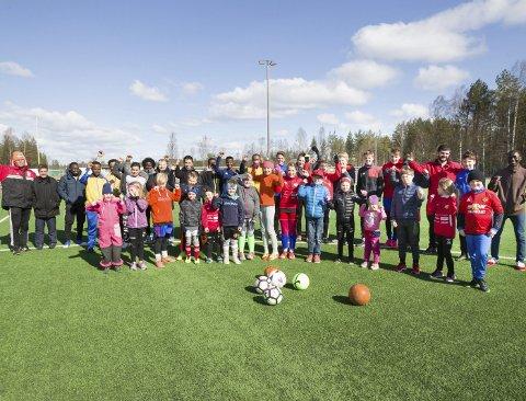 Samspill: Det var en glad gjeng i alle aldre og fra mange nasjonaliteter som fant veien til fotballbanen på Magnor for å bli med på integreringsfotballdagen.