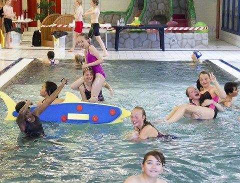 BADELEK: I Kongsbadet var det flest elever på aktivitetsdagen for 5. og 10.-klassinger i Kongsvinger. Der var det lagt opp til ulike konkurranser. Mellom disse fikk elevene boltre seg fritt i det våte elementet.