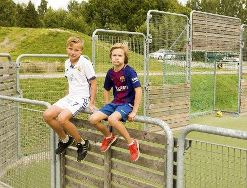 Drømmen: – Tenk om vi også kunne få en ballbinge som de har her på Langeland, sukker Iver Elseth (t.v.), og Ola Noer Sætre.  Bilder: Kjell R. Hermansen