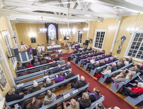 LUNDERSÆTER KIRKE: Nærmest fullsatt kirke under festgudstjenesten søndag ettermiddag. Biskop Solveig Fiske snakket til dagens skogfinner fra prekestolen.