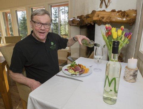 Nyter: Max Ivan har endelig fått hvitvinen sin til Eidskog. Her nyter han både vinen og et godt måltid hjemme på Kvernenga. Foto: Kjell R. Hermansen