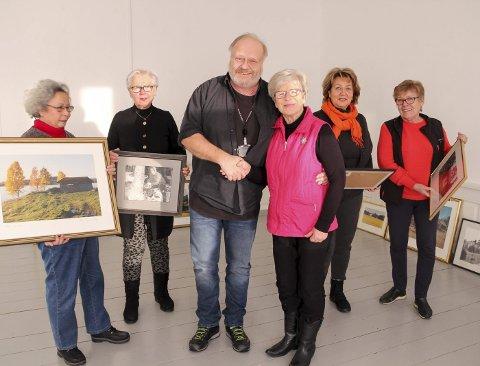 TAKKER FOR GAVEN: Liv Toreng takker Tjernsberg jr. for en meget sjenerøs gave. Fra venstre andre medlemmer i historielaget – Stella Münster, Lise Andresen, Elisabeth Haug og Gerd Eriksen med noen av bildene.