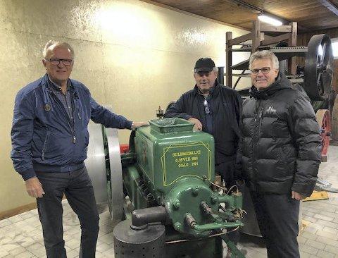 GAMMEL: Eidskog Lions besitter en skattkiste av gamle motorer. Her viser Hans Einar Holth (f.v.), Kjell Strand og Trond Fiskerud fram en gammel norskprodusert stasjonærmotor fra Trygg.BILDER: PRIVAT