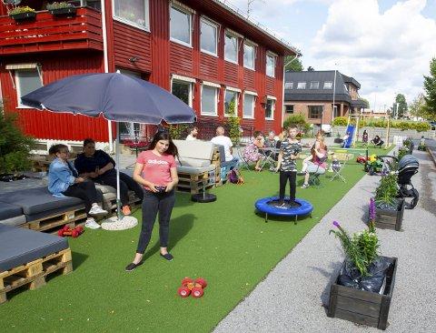 Ferdig: Etter snaue to timers innsats fra nærmere 40 frivillige hjelpere framsto parkeringsplassen som en grønn oase der både unger og voksne koste seg. Bilder: Kjell R. Hermansen