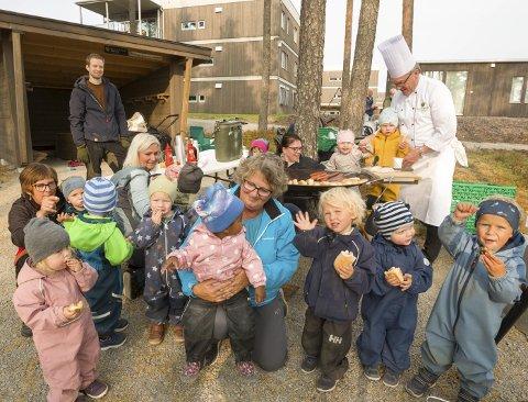 Pølsefest: Barna fra Rødkløveren og Blåveisen ved Skotterud barnehage tok seg en pause i leken da Max Ivan serverte pølser ved den nye gapahuken. Bilder: Kjell R. Hermansen
