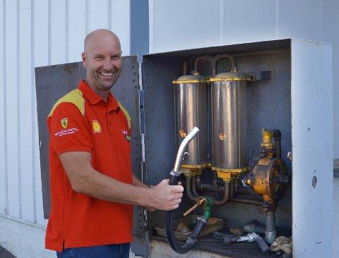 ANTIKKPUMPE: Når den ble installert vet ikke innehaver Vidar Haugen. Men det han vet er at den manuelle parafinpumpa blir på stasjonen, antakelig også etter at parafin, verdens eldste fossile drivstoff, er faset ut.