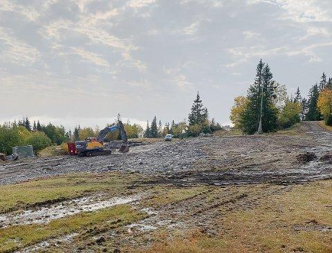 DET SISTE FJERNES: Nå er hovedbygget borte. Nå skal vegen opp til Bislingen rustes opp.