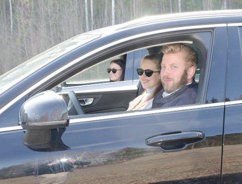 DRIVE IN-KINO: Øyvind Riibe (31), Marlene Børtnes (23) og Andrea Flintegård (21) gleder seg til å ønske velkommen til drive in-kino, kommende tirsdag og onsdag. Alle må sitte i bilene under hele forestillingen.
