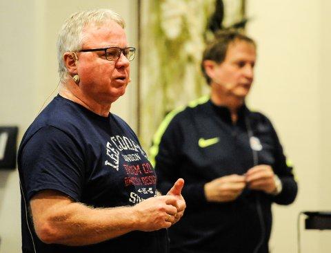 Dag Solheim var ordstyrer. I bakgrunnen Harry Hansen, utviklingsansvarlig i ØFK.