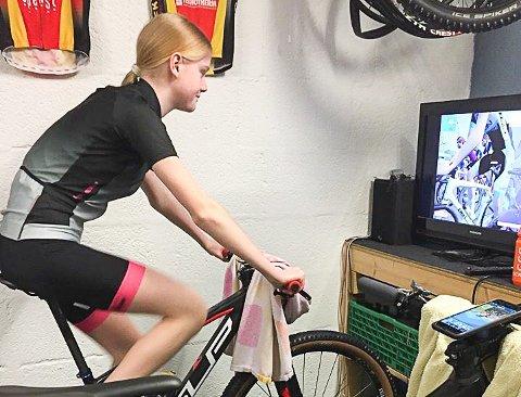RITT I STUA: Silje Grødahl Andresen deltar i NCF Spring Cup - gjennom en treningsapp fra egen stue.