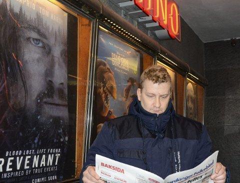 Ingen info: Frode Seljestad Hjørnevik er en av de som reagerer på at Odda kommune har sluttet med å annonsere kinotilbudet i lokalavisa. Han tror tiltaket vil føre til færre besøkende på Odda kino. – Ikke alle mestrer det digitale tilbudet, sier han.