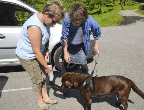 PraKtisk: Ingrid Dale serverer Anne Marie Reistad sin hund Jazzie vatn frå kombinert flaske og skål. Veldig praktisk å ha med på tur, både i sekken og i bilen, seier Dale, hundeeigar sjølv - og veterinær.