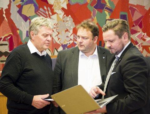 Diskusjon: Politikerne i formannskapet var enige om at årets budsjett er det mest krevende de har vært med på. F.v. Trygve Bolstad (Ap), ordfører Roald Aga Haug (Ap) og Erlend Nævdal Bolstad (H). – Alle partiene har gode ting i budsjettene sine, det er mye likt, sa ordføreren. Foto: Ernst Olsen