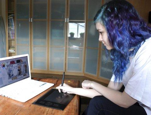 Fleire striper: Helene jobbar med ei «Mythical Idiots»-stripe. Teikninga skjer på data med tablet. Ei stripe tar fire timar, men ho gjer litt kvar dag.