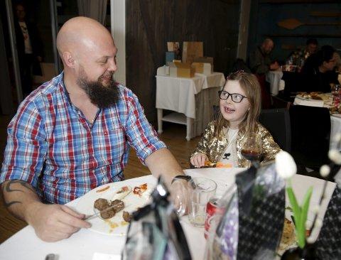 SAMARBEIDET:  Rune Rydningen (40) og datteren Linnea Kristiansson Rydningen (7). Foto: Grethe Nygaard